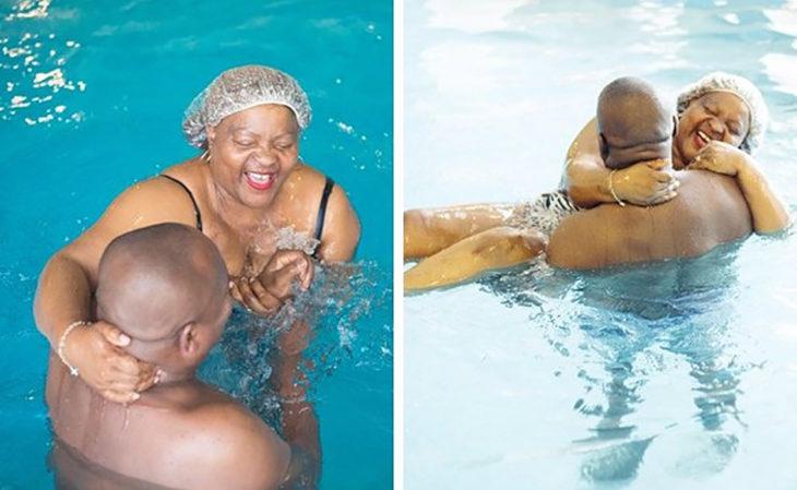 pareja nadando