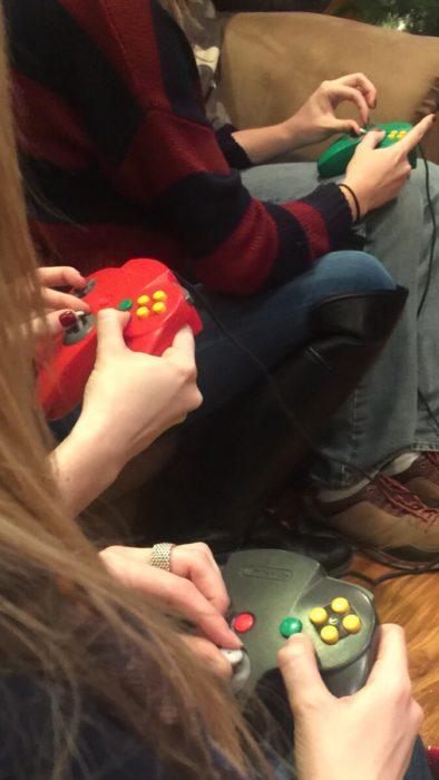 chicas jugando nintendo de una manera extraña