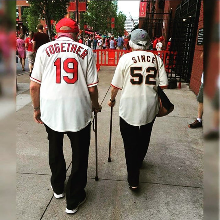 pareja de ancianos con playeras con números