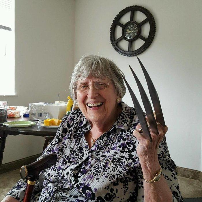 anciana con garras de wolverine
