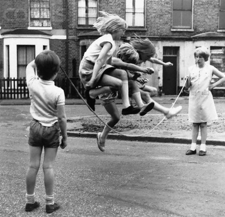 niños jugando a la cuerda