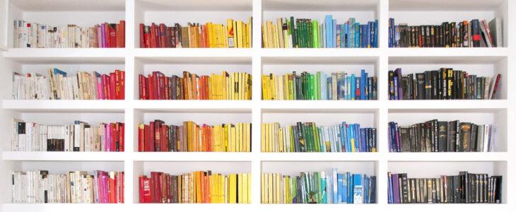librero ordenado por colores