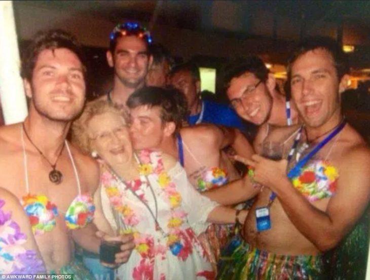anciana en un crucero rodeada de muchachos