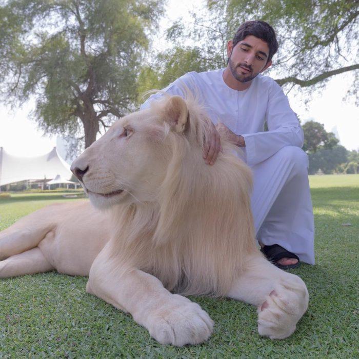 príncipe de dubai con un león blanco