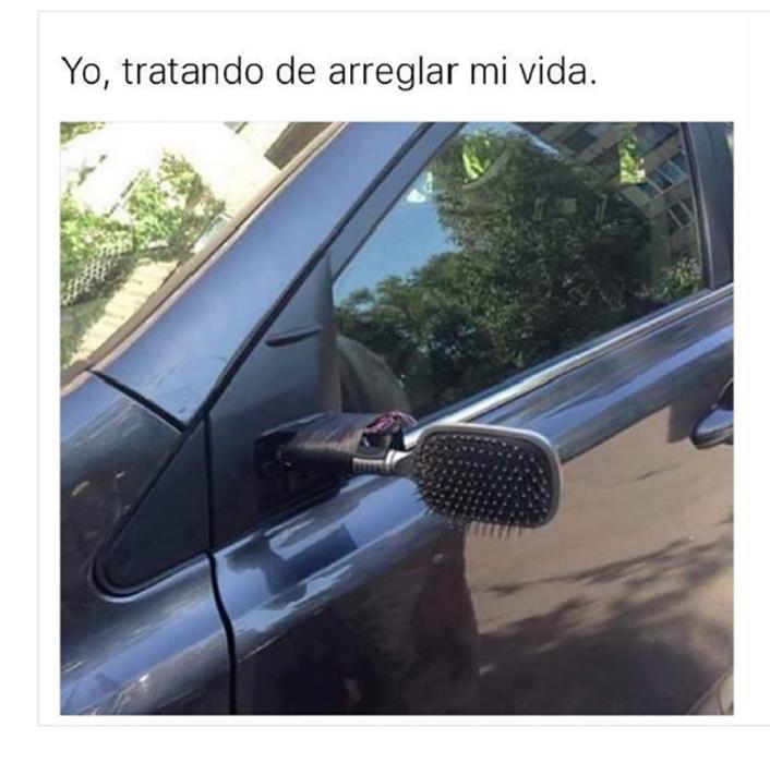 espejo de peine en un carro
