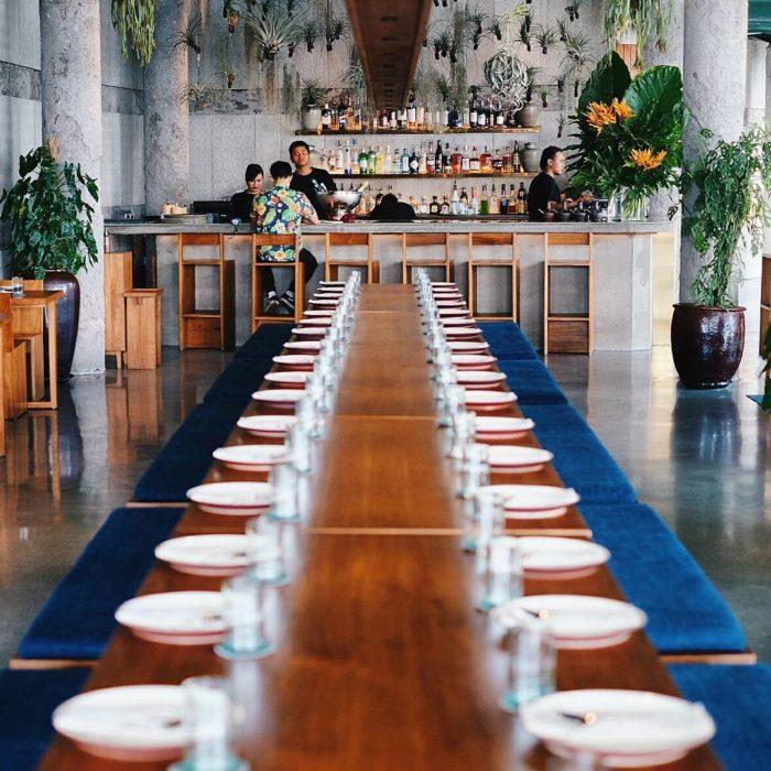 platos en la mesa perfectamente alineados