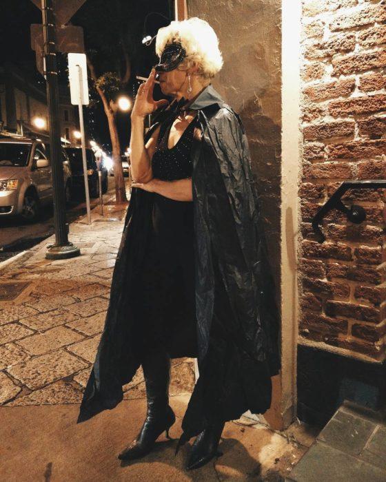 anciana fumando vestida de gatúbela