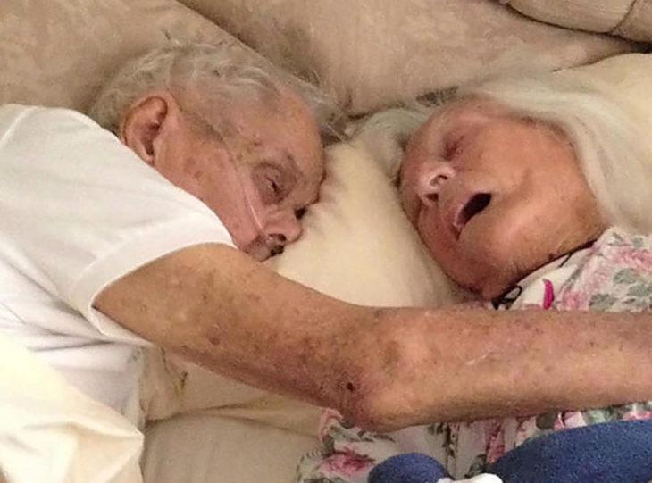 matrimonio anciano en cama