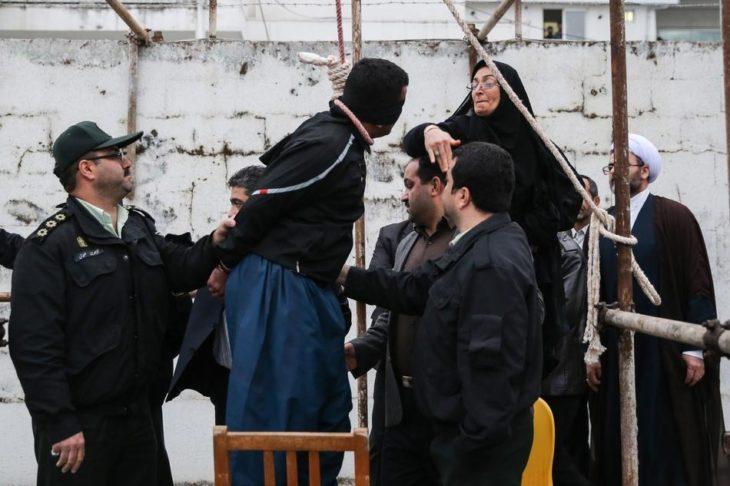 mujer musulmana abofetea a un condenado a muerte