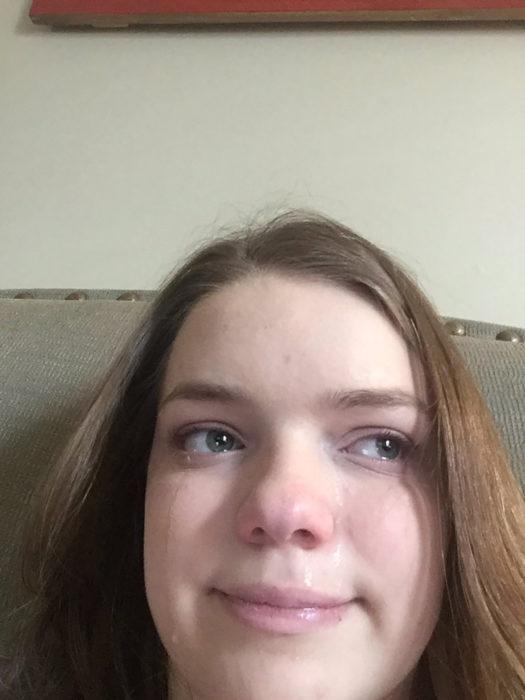 muchacha de cabello castaño claro llorando