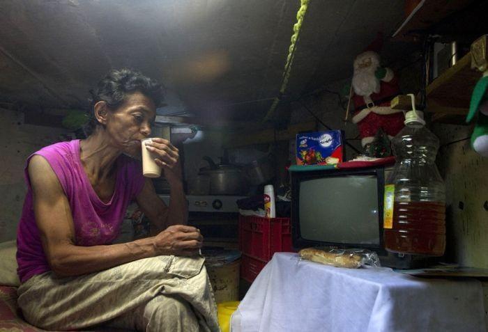mujer cocina pequeña alcantarilla mujer vive en una alcantarilla con su esposo