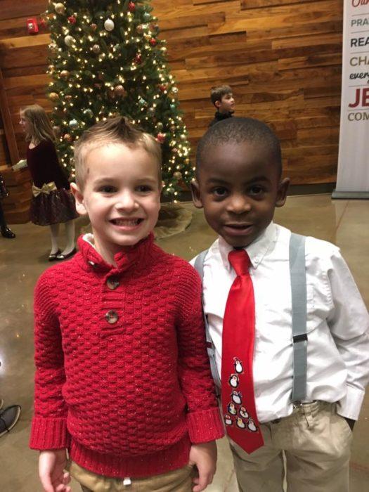niño blanco y africano sonriendo