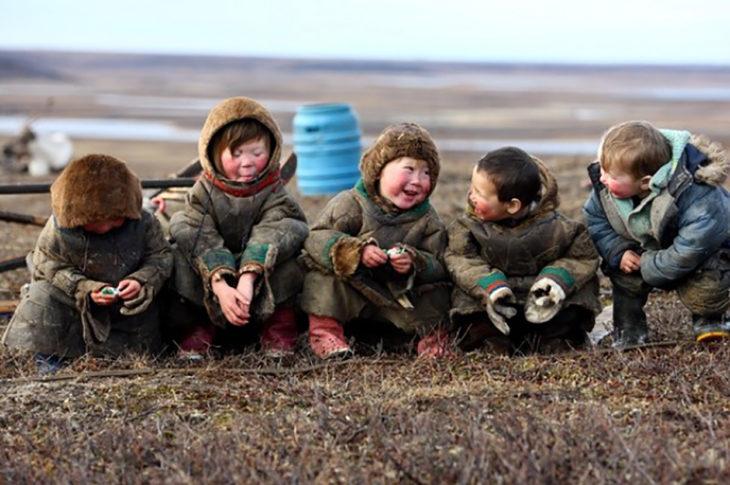 Niños sonriendo en el Ártico