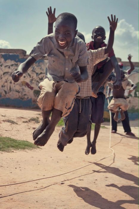 niños africanos jugando a la cuerda