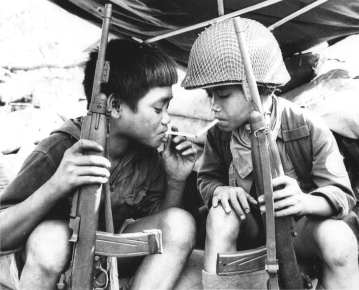 Niños vietnamitas fumando en 1967