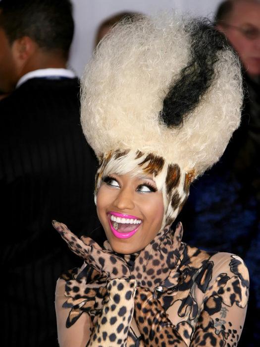 nicki minaj con cabello peinado de leopardo y esponjado color platino