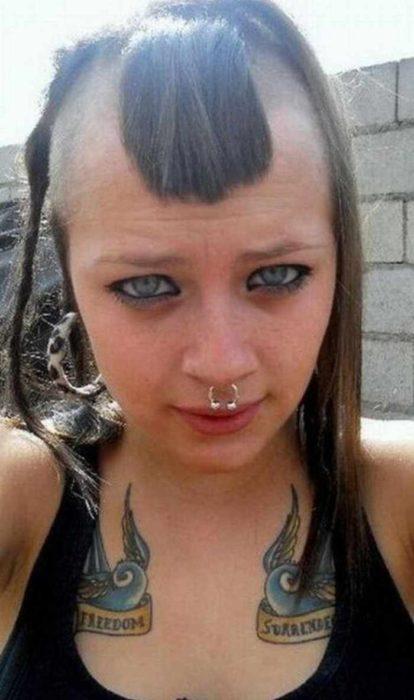 mujer con parte de la cabeza rapada menos los costados y el flequillo