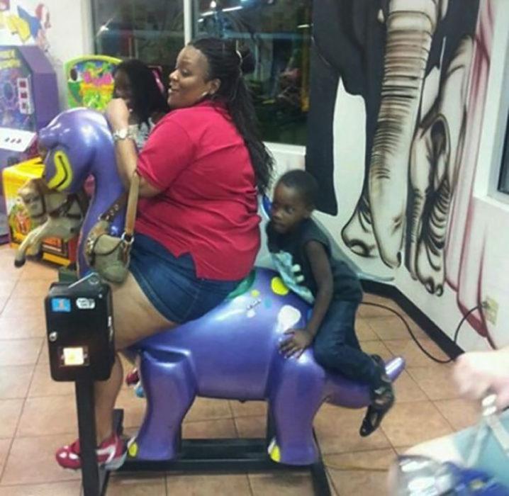 señora y sus dos hijos en un caballo de juguete