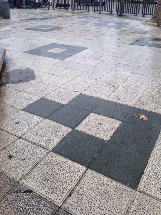 cuadrículas en el piso mal puestas