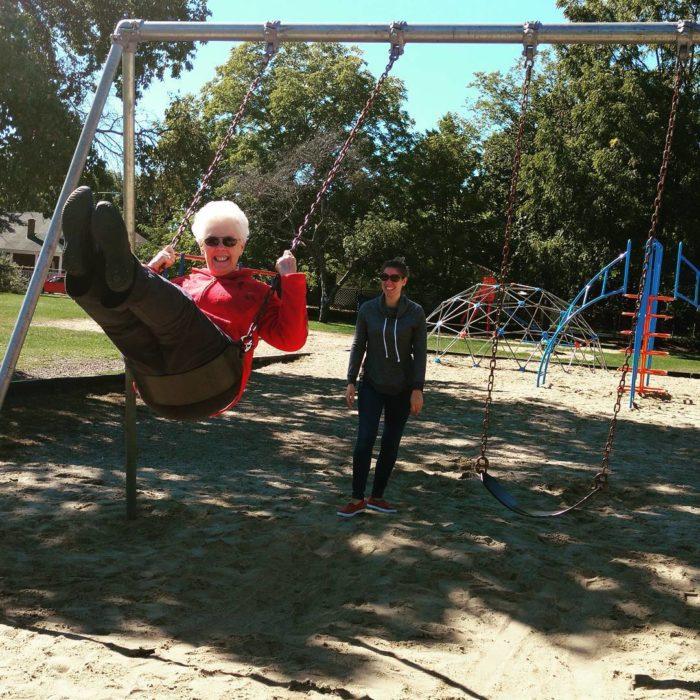 abuela en un columpio