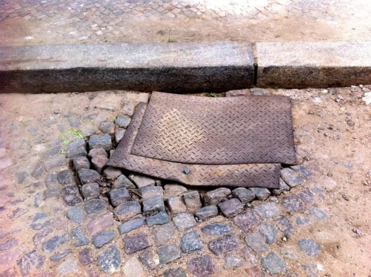 láminas en el piso rocoso