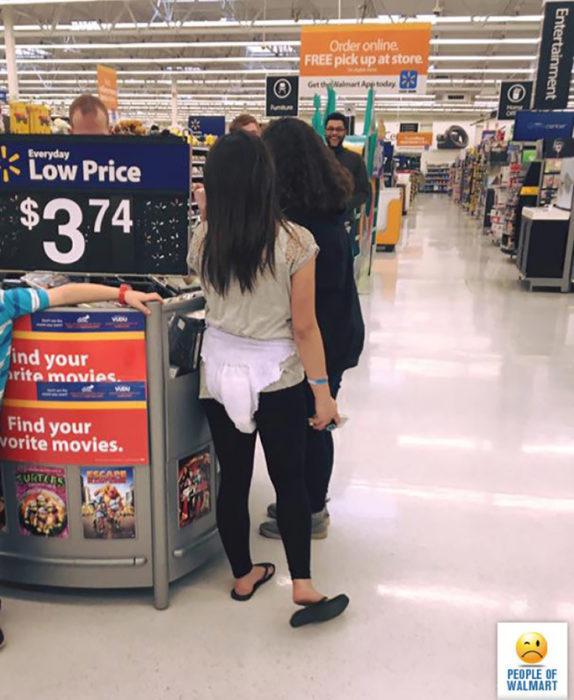 mujer con pañal sobre pantalón