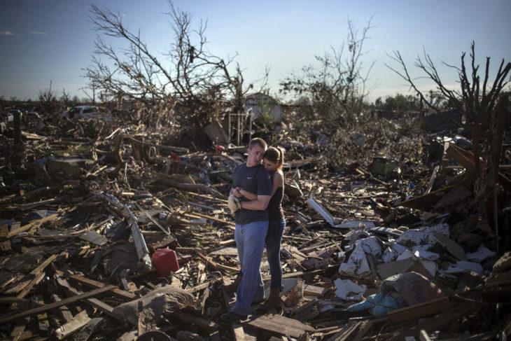 Pareja llora en las ruinas de su casa destruidas por un tornado