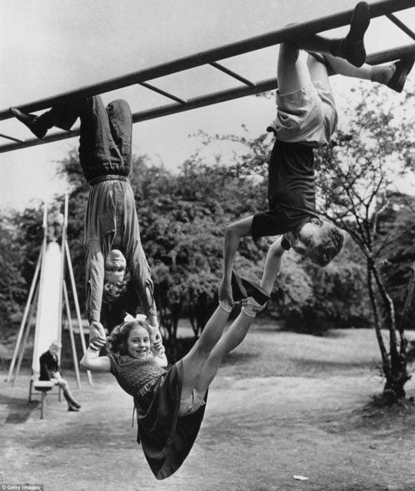 niños jugando en un pasamanos