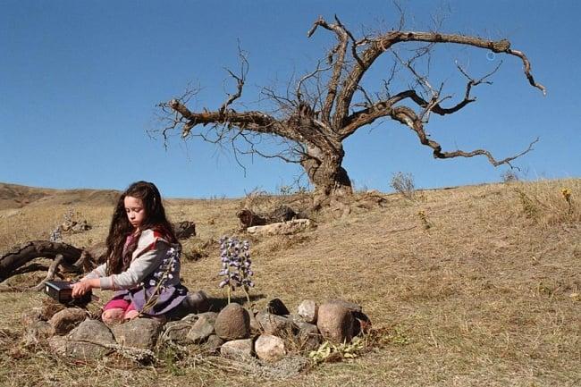 Tideland niña en el desierto sentada