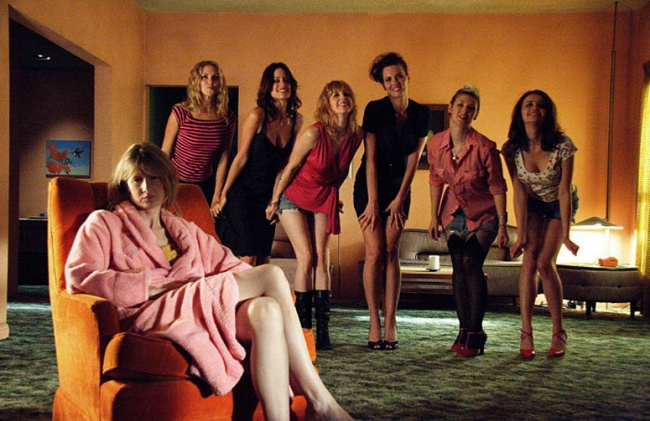 mujeres sentadas en un sillón setentas
