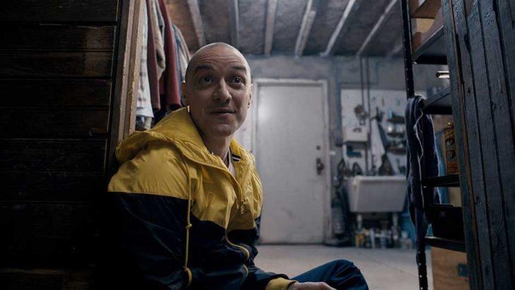 fragmentado película actor sentado chamarra amarilla