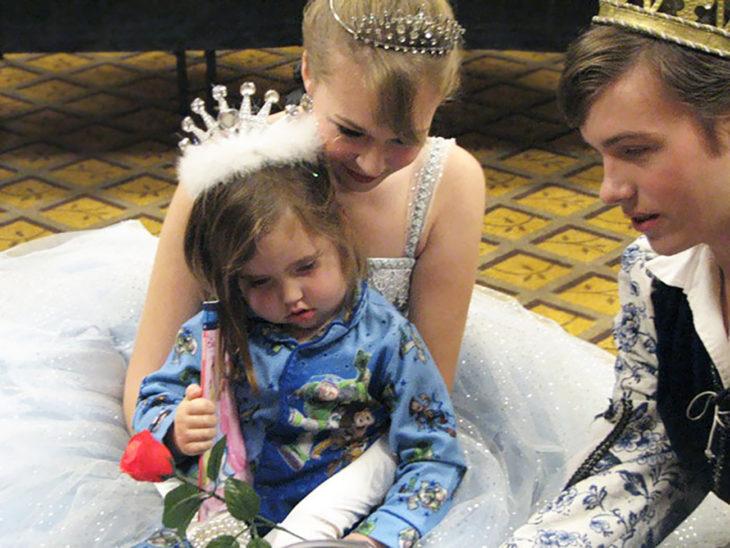 niña con un príncipe y una princesa
