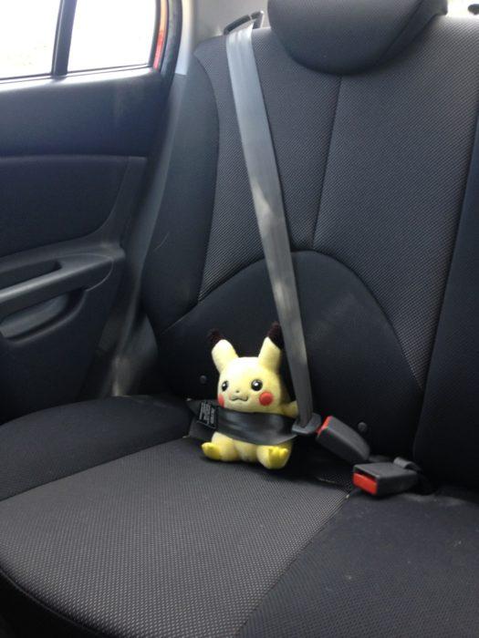pikachu con cinturón de seguridad en el asiendo de un auto