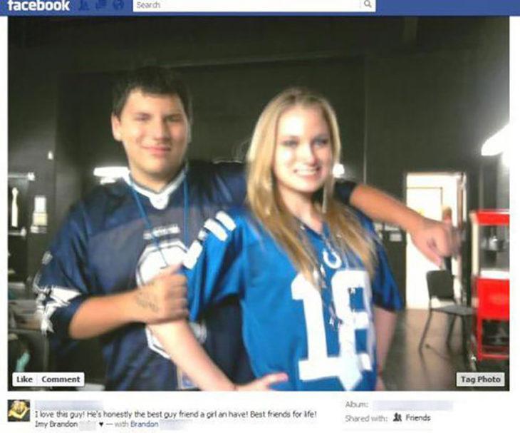 chico y chica con playeras de fútbol americano