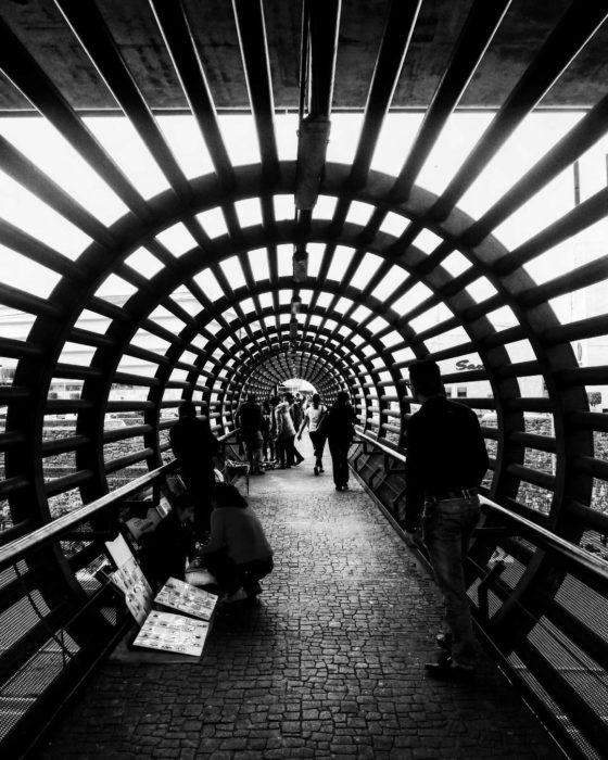 foto a blanco y negro de puente geométrico