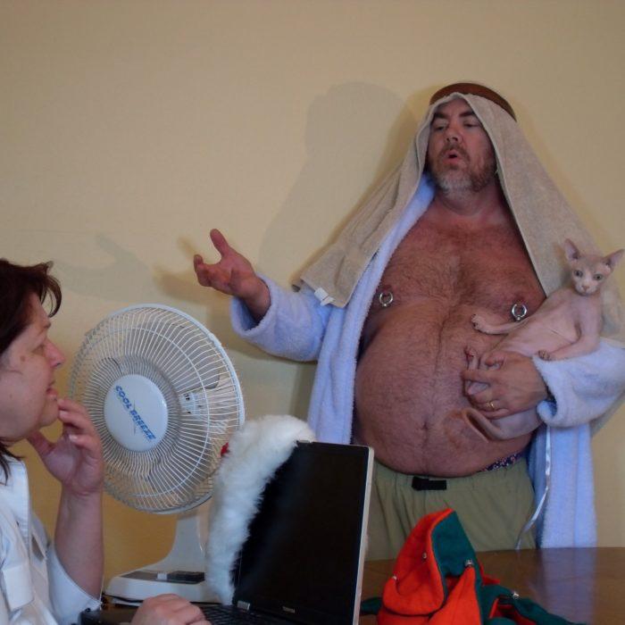 hombre con gato vestido de árabe