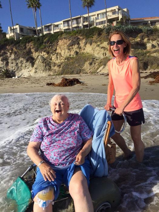 anciana sonriendo en la playa