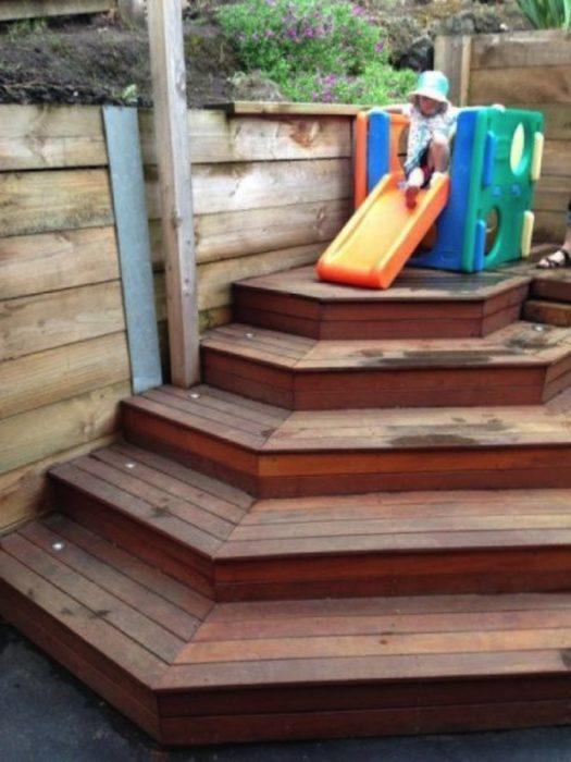 resbaladilla que finaliza en escaleras