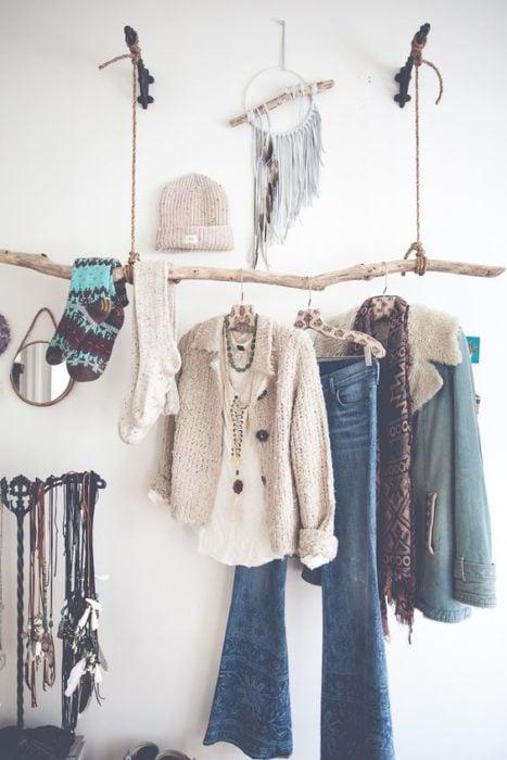 rama sosteniendo ropa