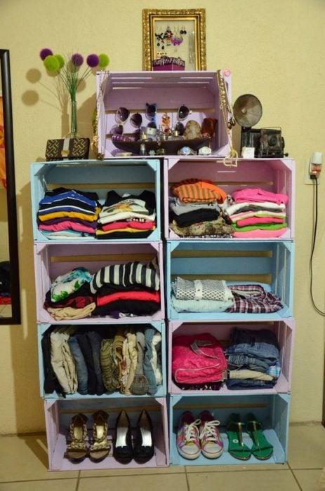 cajas de madera pintadas de colores pastel usadas como armario