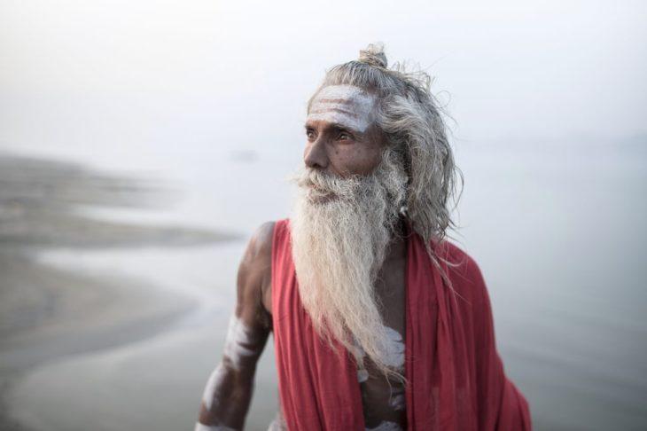 Retrato de hombre indígena al lado del río