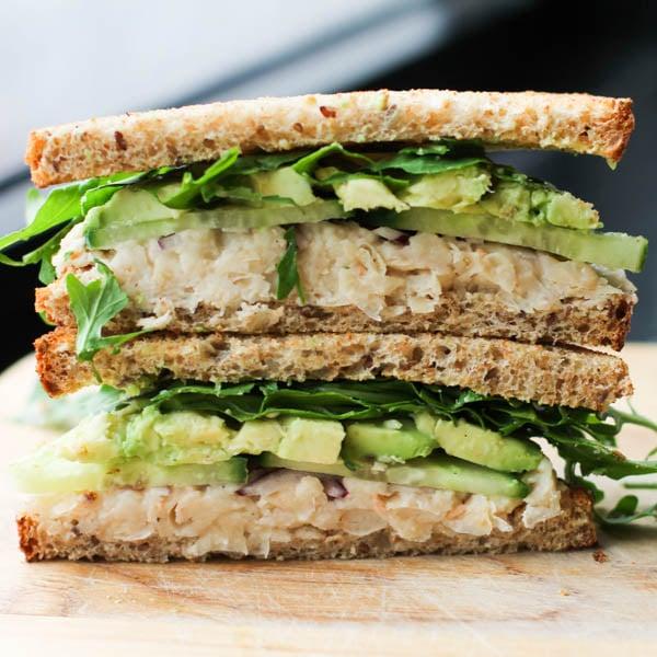 sándwich de aguacate vegano