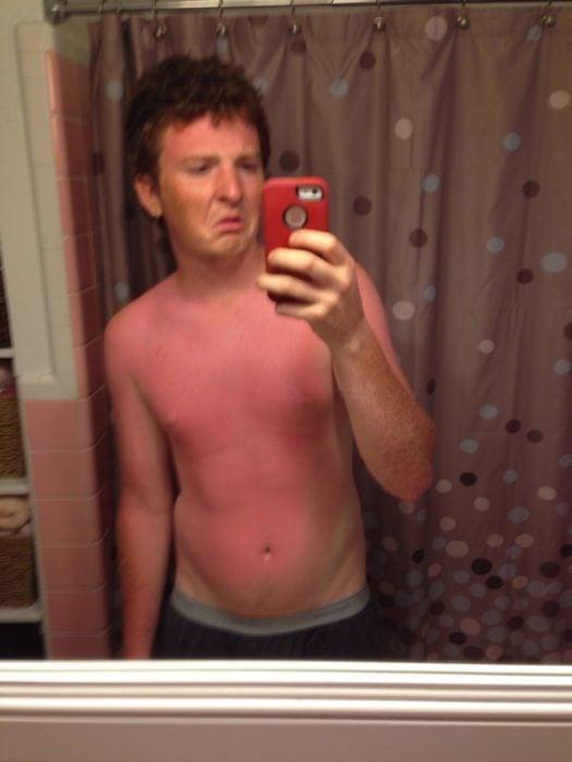chico quemado por el sol tomándose una foto en el espejo