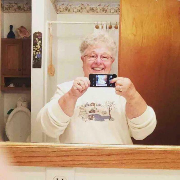 abuela tomándose una selfie