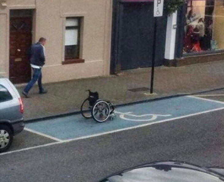 silla de ruedas estacionada en lugar para discapacitados