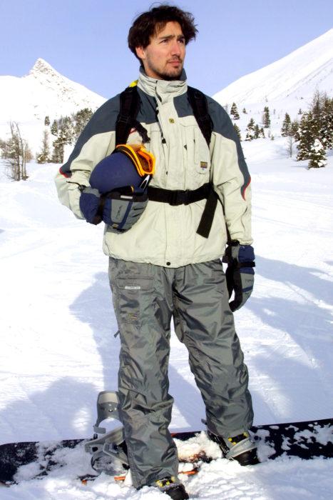 Justin trudeau en las montañas nevadas ataviado para esquiar