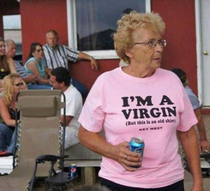 anciana con una playera rosa y un redbull