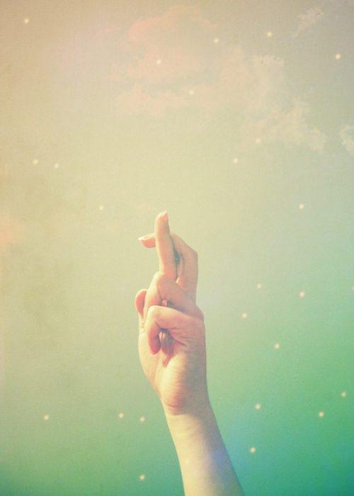 fondo verde dedos cruzados