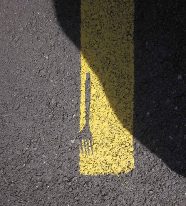 tenedor marcado en pintura de asfalto