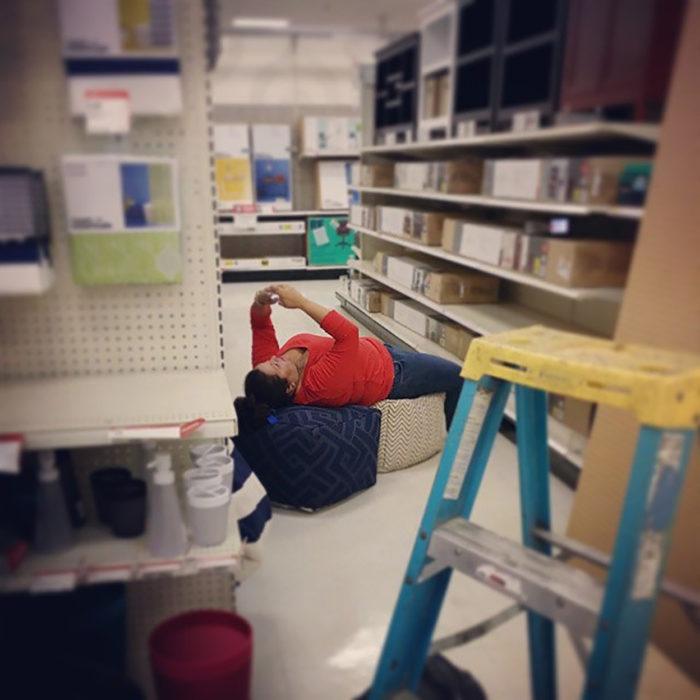 persona recostada en una tienda departamental